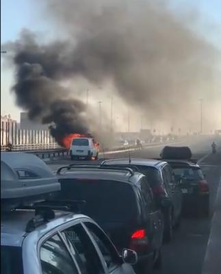 Όχημα τυλίχθηκε στις φλόγες στην Εθνική Οδό – Κυκλοφοριακό χάος στον Κηφισό
