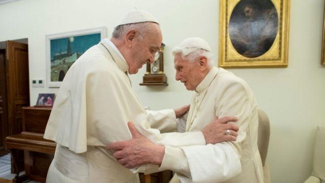 Σύγκρουση για τους δύο Πάπες σχετικά με την αγαμία του κλήρου