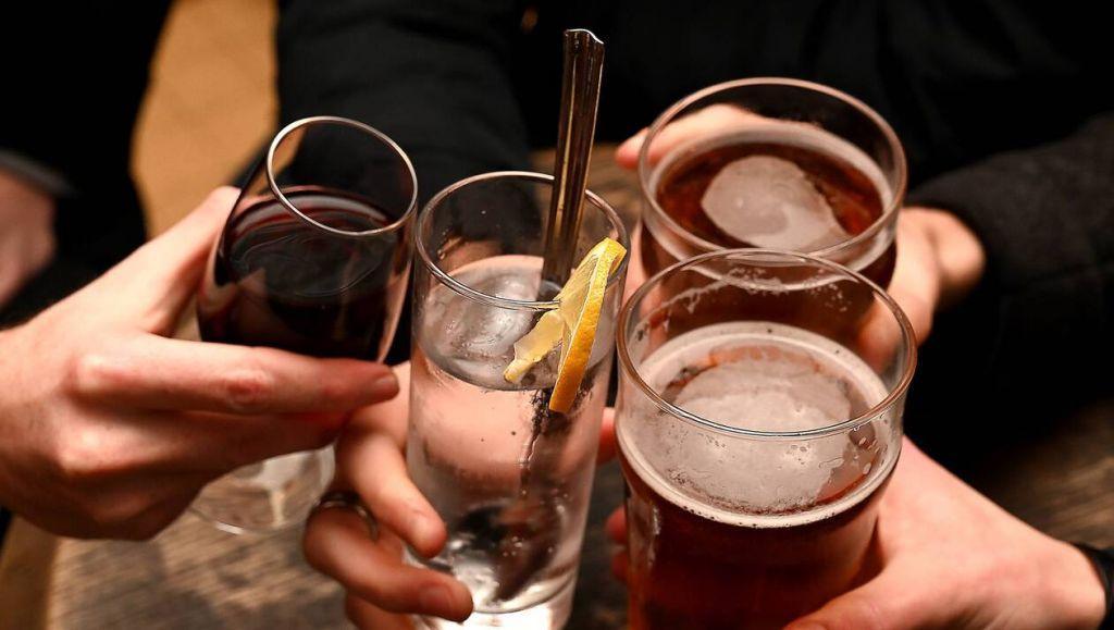 Αλκοόλ τέλος: Τι θέλει να φέρει η κυβέρνηση με νομοσχέδιο