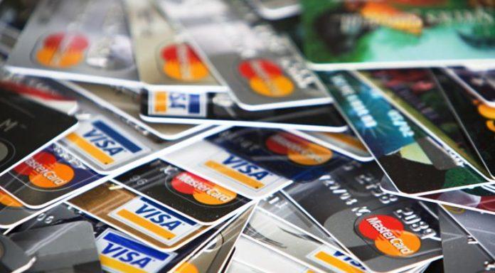 Ειρηνοδικείο για τράπεζες : Με συστημένη επιστολή οι κάρτες και οι κωδικοί