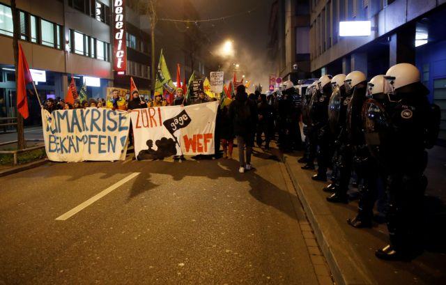 Νταβός : Χρησιμοποίησαν πλαστικές σφαίρες κατά των διαδηλωτών