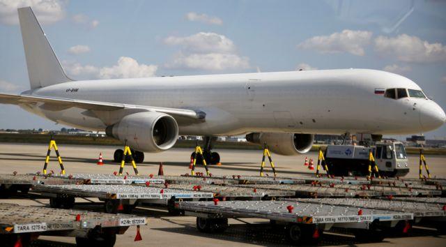Επέστρεψε στη Μόσχα το Boeing με 200 επιβάτες – Είχε ρωγμή στο παράθυρο