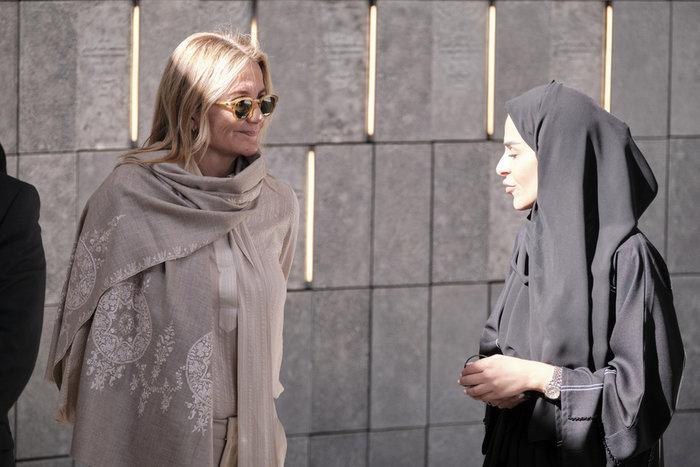 Η Μαρέβα Μητσοτάκη χωρίς μαντίλα στο Άμπου Ντάμπι