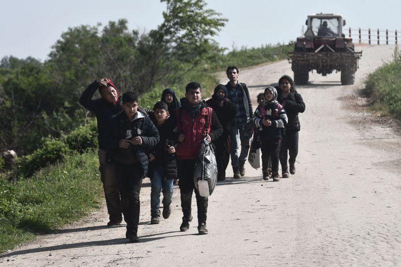 Ο Ερντογάν βάζει φωτιά στην Ευρώπη –  Βίντεο ντοκουμέντα με πρόσφυγες να περπατούν προς την Ελλάδα