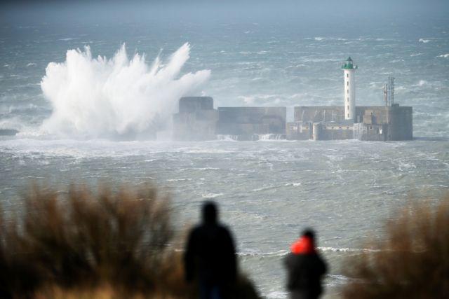 Σαρώνει τη Βρετανία η καταιγίδα «Ντένις» – Ακυρώσεις πτήσεων και συναγερμοί για πλημμύρες