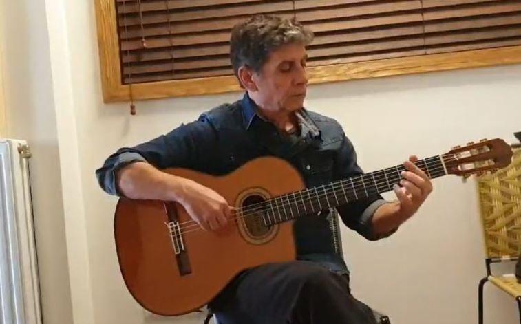 Καλλιτέχνες τραγουδούν «μένουμε σπίτι» από τον καναπέ τους