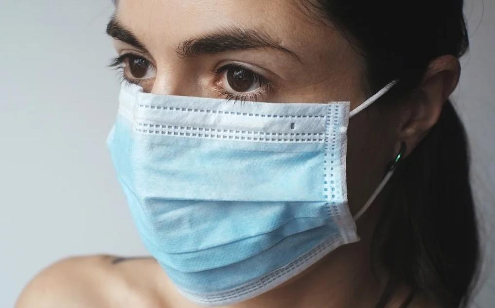 Κοροναϊός: Δείτε με ποιον τρόπο να φορέσετε μια μάσκα προσώπου σωστά | in.gr