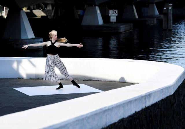Ολλανδία : Μπαλαρίνες χορεύουν στους άδειους δρόμους του Άμστερνταμ