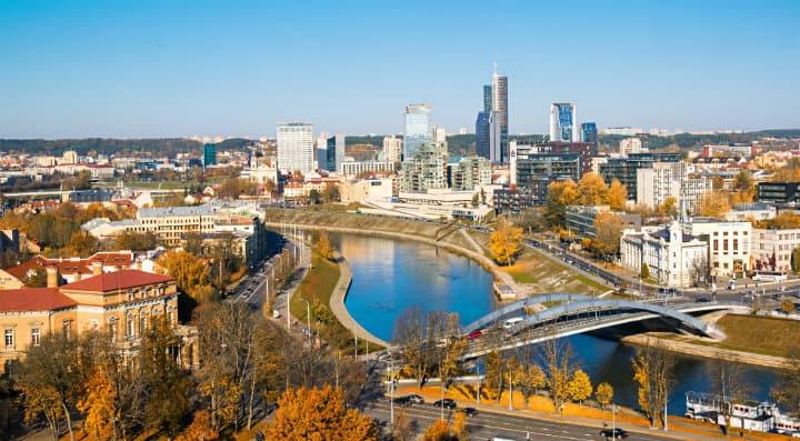 Κοροναϊός: Η πρωτεύουσα της Λιθουανίας μετατρέπεται σε…. τεράστιο ανοιχτό καφέ