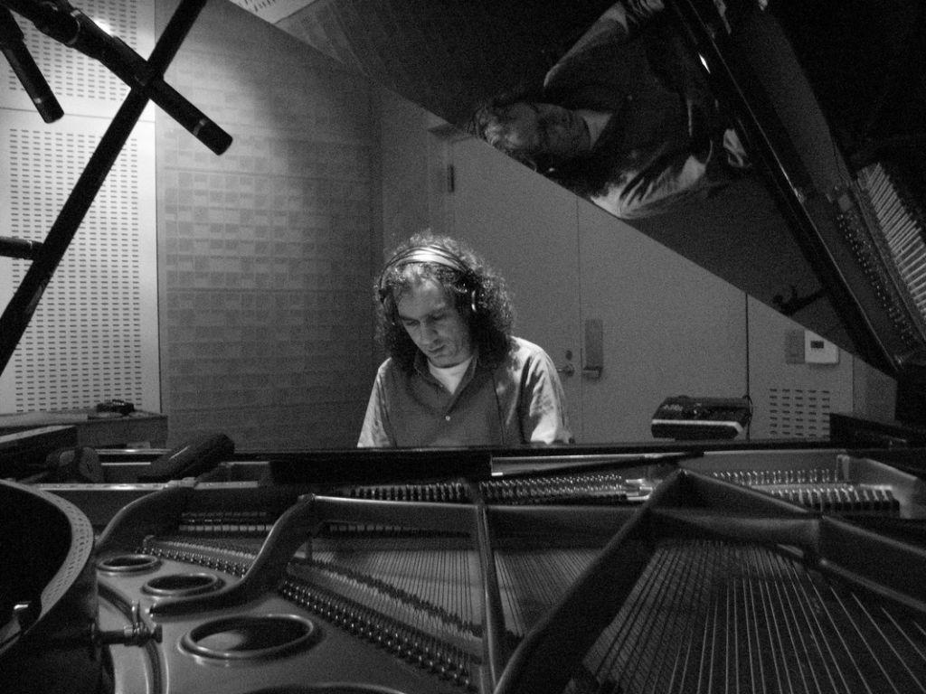 Ο Σταύρος Λάντσιας παίζει πιάνο ζωντανά από το Φάρο του ΚΠΙΣΝ