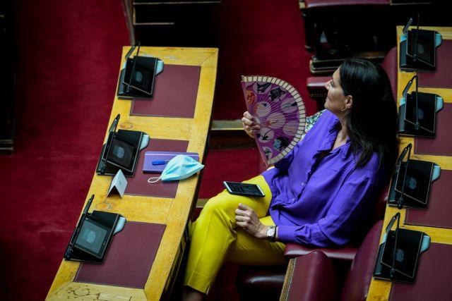 Βουλή : Αποστάσεις, μάσκες, πλέξιγκλας και… βεντάλιες