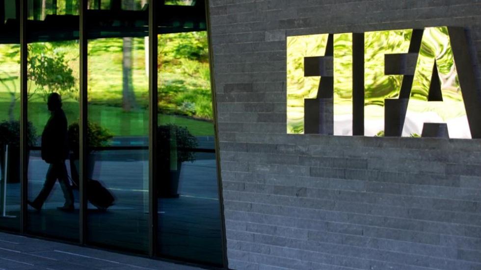 Κοροναϊός – FIFA : Όποιος ποδοσφαιριστής φτύνει στο χορτάρι να δέχεται κίτρινη κάρτα