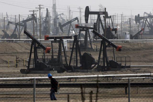 Πετρέλαιο : Σε ελεύθερη πτώση η τιμή του αμερικανικού αργού