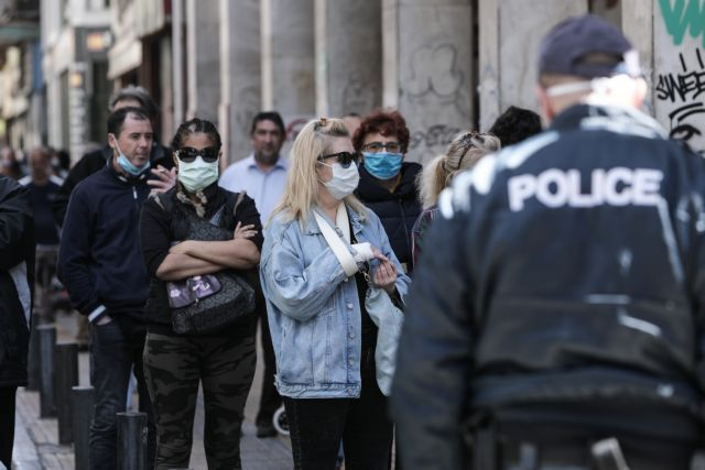 Κοροναϊός : Σε λειτουργία ξανά το Δημόσιο – Ουρά από το πρωί στο υποθηκοφυλακείο Αθηνών