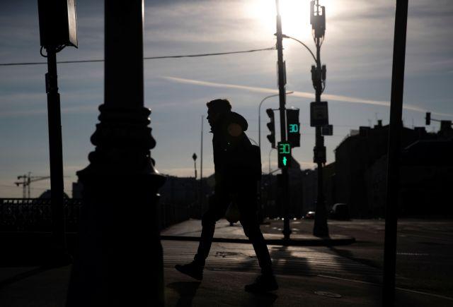 Κοροναϊός : 1,25 δισ. άνθρωποι κινδυνεύουν με απόλυση ή περικοπή μισθού, λέει o ILO
