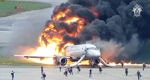 Σοκαριστικό βίντεο με αεροσκάφος τυλιγμένο στις φλόγες στον διάδρομο προσγείωσης