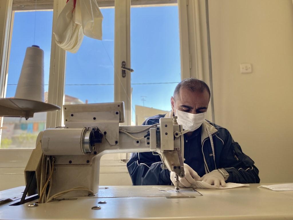 Πρόσφυγας ράβει μάσκες στα Τρίκαλα για τον κοροναϊό