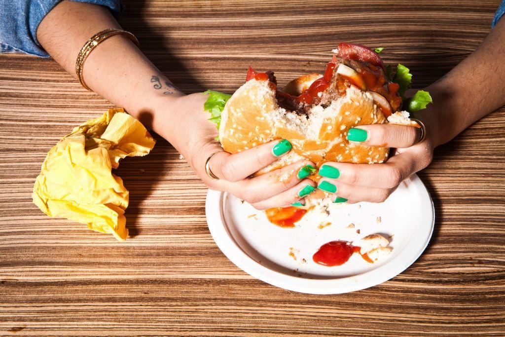 Τι μπορεί να κρύβει η εξάρτηση από το φαγητό – Ποιες είναι οι πιο εθιστικές τροφές