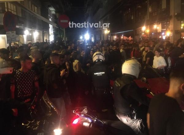 Συνωστισμός και ξύλο έξω από take away μπαρ στο κέντρο της Θεσσαλονίκης (ΒΙΝΤΕΟ)