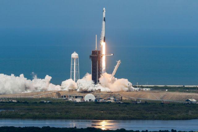 H SpaceX γράφει ιστορία : Πετυχημένη η εκτόξευση της επανδρωμένης αποστολής στο διάστημα