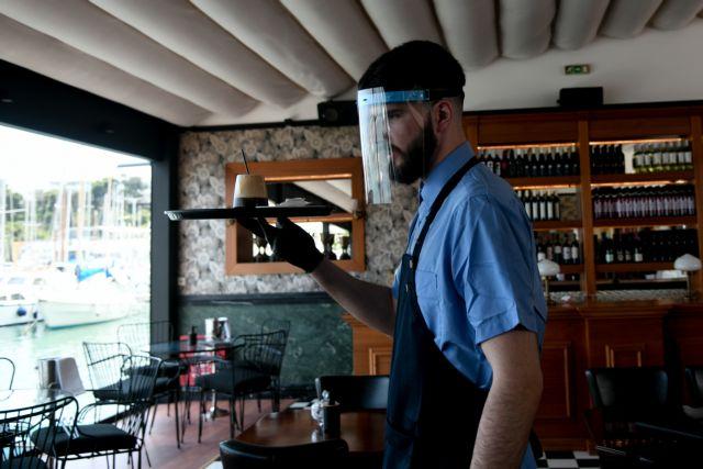 Φθηνότερα από τη Δευτέρα εισιτήρια και καφές – Σε ποια προϊόντα και υπηρεσίες μειώνεται ο ΦΠΑ