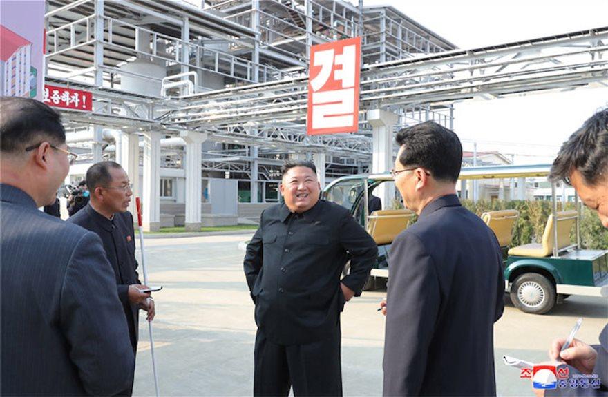 Κιμ Γιόνγκ Ουν: Πρώτη δημόσια εμφάνιση έπειτα από 20 μέρες απουσίας- Με την αδερφή του εμφανίστηκε σε εγκαίνια εργοστασίου (photos)