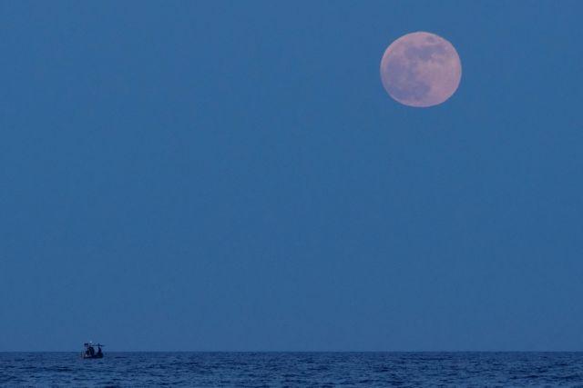 Μάγεψε η «Πανσέληνος της Φράουλας» και η έκλειψη Σελήνης