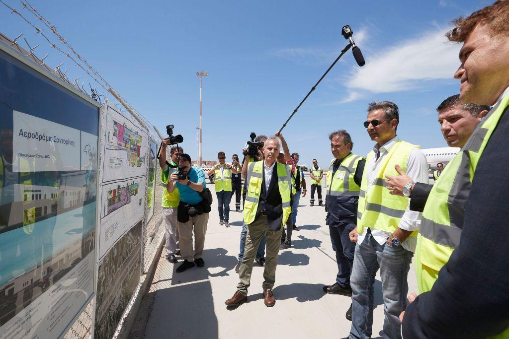 Τα έργα αναβάθμισης του αεροδρομίου της Σαντορίνης «επιθεώρησε» ο Μητσοτάκης | in.gr