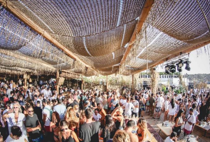 Μύκονος: Από νησί της ελίτ σε… εστία υπερμετάδοσης – Οι επιστήμονες προειδοποιούν, οι τουρίστες ψηφίζουν ιδιωτικά πάρτι