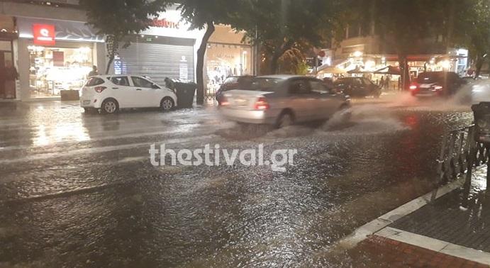 Ποτάμια οι δρόμοι στη Θεσσαλονίκη – Χαλάζι και ισχυρή βροχόπτωση
