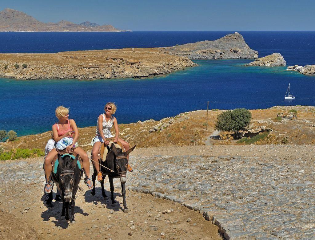 «Καλώς ήρθε η… λίρα»: Προσδοκίες για ανάκαμψη του τουρισμού από τη μαζική άφιξη Βρετανών