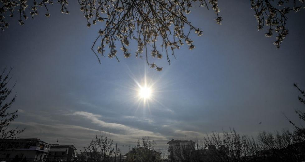 Καιρός : Ηλιοφάνεια αλλά και καταιγίδες την Κυριακή – Δείτε που θα βρέξει