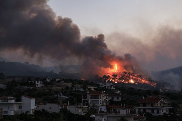 Ολονύχτια μάχη με τις φλόγες στις Κεχριές Κορινθίας – Κάηκαν 10 σπίτια, διάσπαρτα μέτωπα