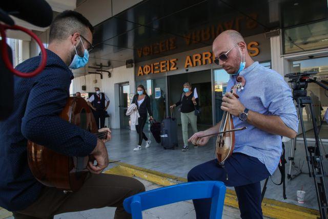 Η Ελλάδα «άνοιξε» τις πύλες της: Θερμή υποδοχή τουριστών – Οι ελπίδες και οι φόβοι