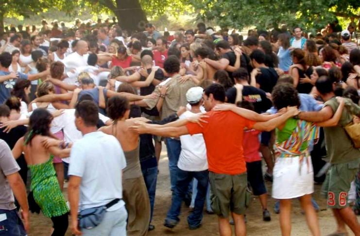 Τρόμος για τα πανηγύρια: Φόβοι μην «σύρει τον χορό» ο... κοροναϊός - Τι λένε οι ειδικοί