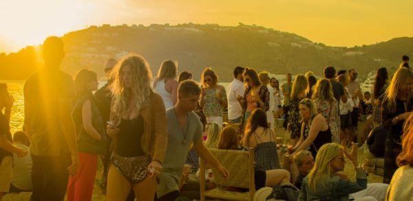 Μύκονος: Το σχέδιο της ΕΛΑΣ για να μπλοκάρει τα πριβέ πάρτι - Πώς χλιδάτες βίλες έγιναν τα νέα μπαρ του νησιού με DJ από το εξωτερικό και είσοδο 1.500 ευρώ