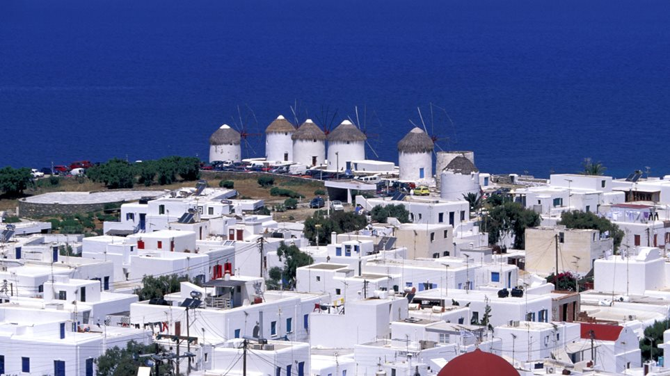 Μύκονος ή Σαντορίνη για το καλοκαίρι; Οι τιμές για τη σεζόν σε ελληνικά νησιά [παραδείγματα]