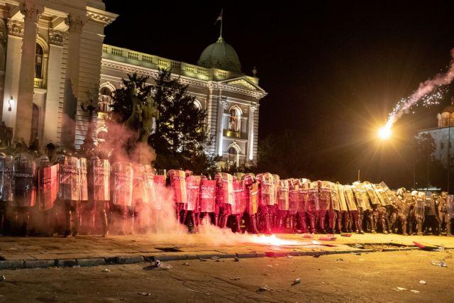 Σερβία : Επεισοδιακή νύχτα στο Βελιγράδι – Εθνικιστές εισέβαλαν στη Βουλή