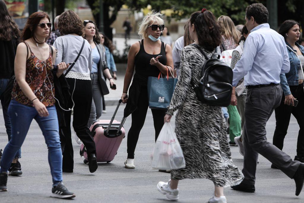 Κοροναϊός : Συναγερμός για αστικά κέντρα και κρυφά πανηγύρια – Στο «τραπέζι» η καθολική χρήση μάσκας σε κλειστούς χώρους