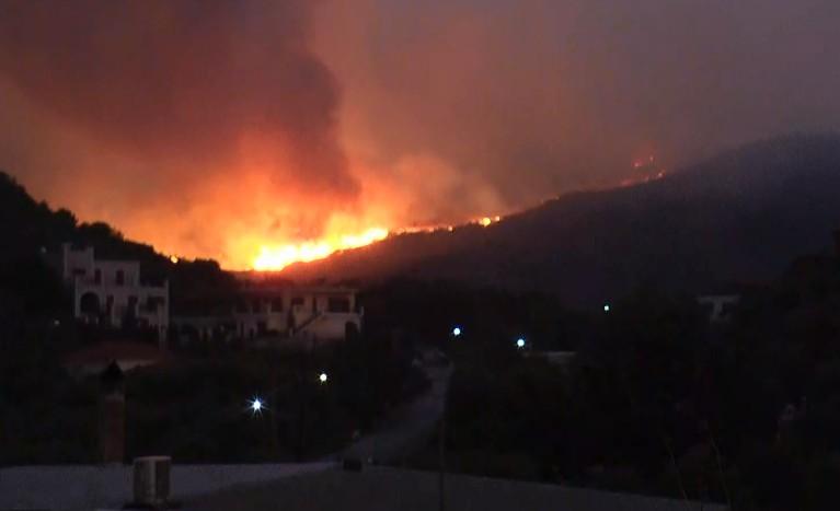 Πύρινος εφιάλτης στη Μάνη : Ολονύχτια μάχη με τις φλόγες σε δύο μέτωπα – Ειδοποίηση και μέσω 112
