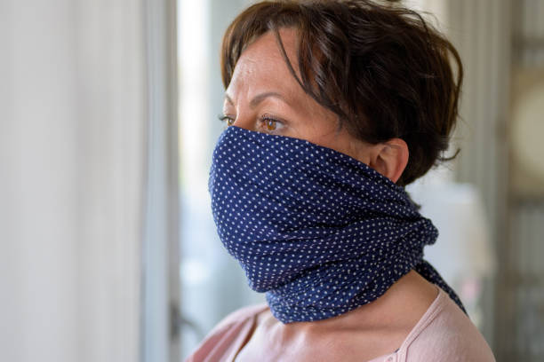 Κοροναϊός : Μαντίλια, κουκούλες και «κολάρα» λαιμού δεν προστατεύουν όσο οι μάσκες