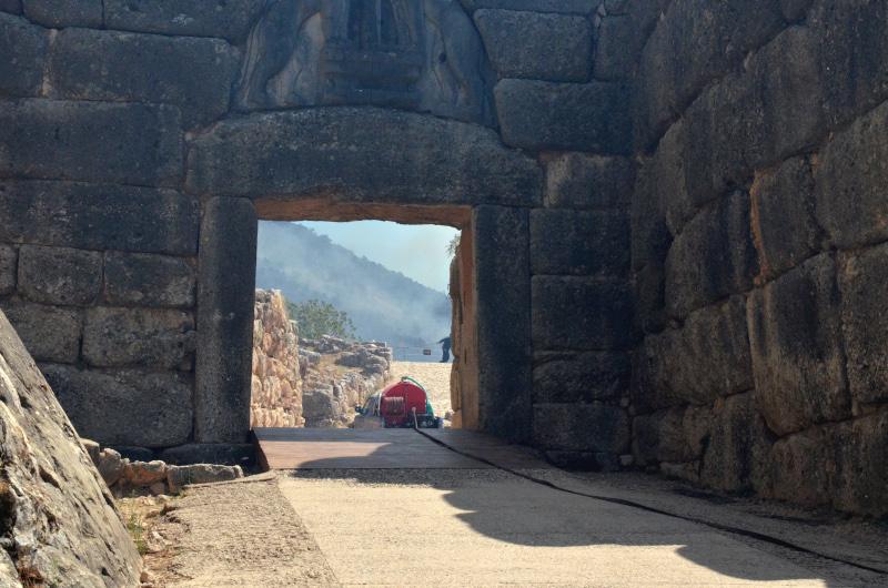 Φωτογραφίες-σοκ από τις Μυκήνες: Μαύρισε η Πύλη των Λεόντων – Ανοιχτό το ενδεχόμενο εμπρησμού