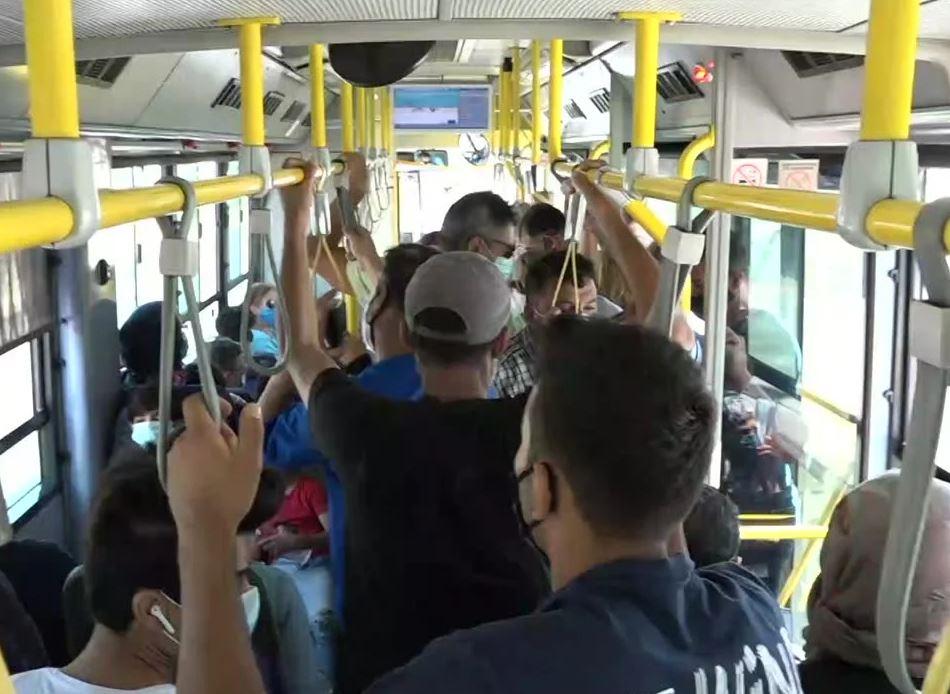 Αγνοούν τα νέα μέτρα: Χωρίς μάσκα αρκετοί επιβάτες σε στάσεις λεωφορείων