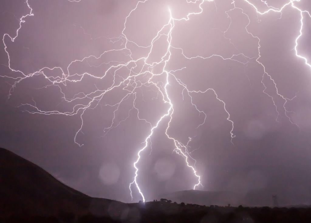 Αστραπές : Δείτε πώς «σκάνε» στο έδαφος λίγα μέτρα μακριά από ανθρώπους – Βίντεο