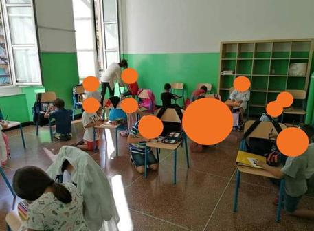Σάλος στην Iταλία: Μαθητές κάθονται στο πάτωμα και γράφουν ακουμπώντας σε καρέκλες
