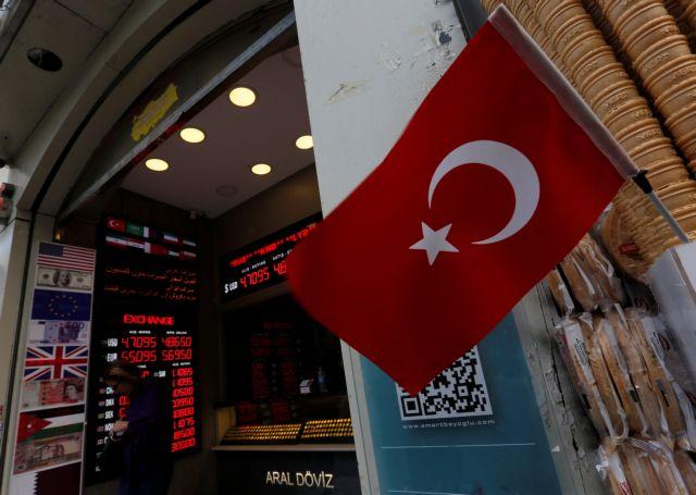 Η Moody's υποβαθμίζει πέντε τουρκικές τράπεζες – Ορατός ο κίνδυνος capital controls