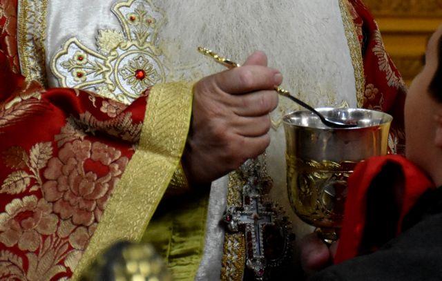 Κοροναϊός: «Πόλεμος» επιστημόνων – Εκκλησίας για τη Θεία Κοινωνία