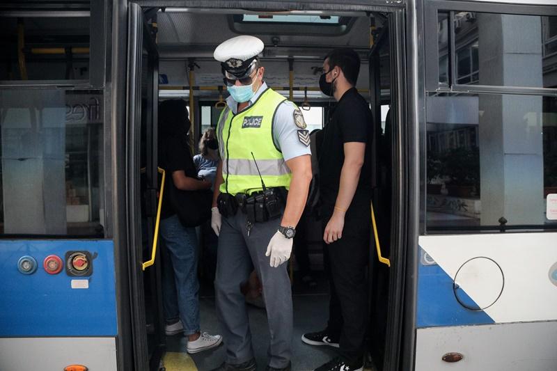 Επιβάτες λεωφορείου «πιάστηκαν στα χέρια» για τη μάσκα – Εικόνες συνωστισμού στα ΜΜΜ