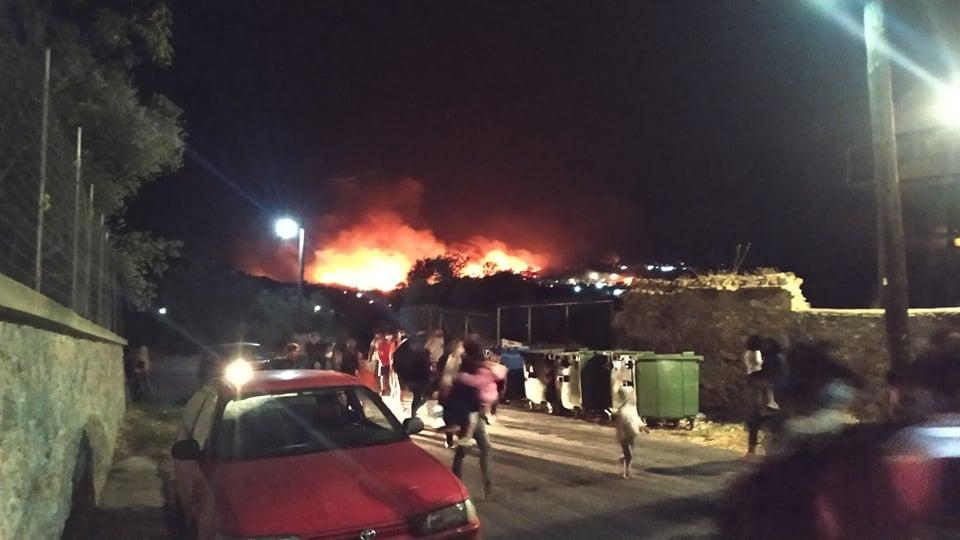 Ο κοροναϊός καίει τη Μόρια: Στις φλόγες το ΚΥΤ – Χιλιάδες πρόσφυγες στο δρόμο