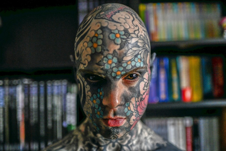 Ο δάσκαλος με τα τατουάζ που διχάζει
